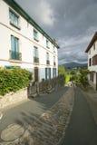 家之间的道路在Sare,法国在西班牙法国边界的巴斯克地区, Labourd provi的一个小山顶17世纪村庄 免版税图库摄影