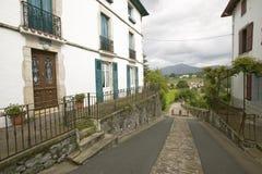 家之间的道路在Sare,法国在西班牙法国边界的巴斯克地区, Labourd provi的一个小山顶17世纪村庄 库存照片