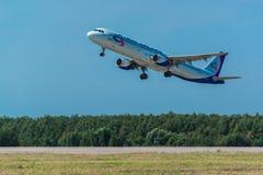 321家乌拉尔航空公司从机场离开的空中客车 库存照片