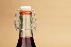 家做了在一个经典瓶的红葡萄酒 免版税图库摄影