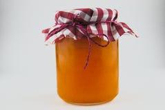 家做了在罐的杏子橘子果酱 免版税库存图片