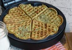 家做了奶蛋烘饼用菠菜,心形 可口的早餐 免版税库存图片