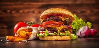 家做了汉堡包用莴苣和乳酪 免版税库存照片