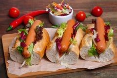 家做了热狗-三明治用在木背景的莴苣 库存照片