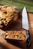 家做全部的谷物面包用苹果和干酪 库存照片