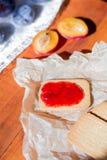 家做的曲奇饼用李子果酱 库存照片