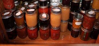 家做的蜜饯在碗柜 免版税图库摄影