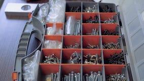 家具制造商采取从手提箱的必要的螺栓 特写镜头 影视素材