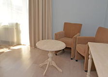 家具在一个现代旅馆客房 内部 免版税库存图片