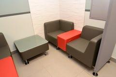 家具在人员的交涉的一个区域在办公室 免版税库存照片