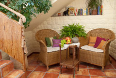 家具安排休息的柳条 免版税库存照片
