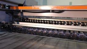 家具工厂,家具的生产为床垫块,春天的生产的机器反弹 股票视频