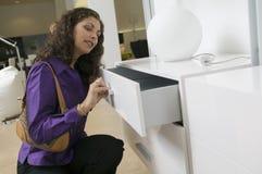 家具店关闭的妇女审查的白梳妆台抽屉  免版税库存图片