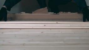家具收藏家采取木委员会在箱子外面 股票视频
