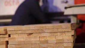 家具板特写镜头,工作者在背景中 平的木板料,Torces家具板 股票视频