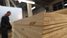 家具板特写镜头,工作者在背景中 平的木板料,Torces家具板 影视素材
