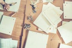 家具装配,不同的零件家具在地板上安排了 免版税图库摄影