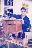 家具重建者在工作室 库存照片