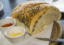家制面包、小模子用黄油和辣传播 免版税库存图片