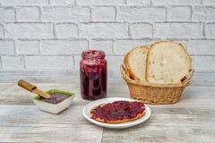 家制面包多士用自创草莓酱 免版税库存照片