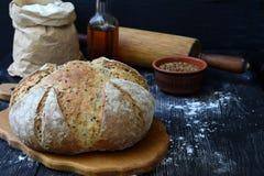 家制面包大面包从整个五谷面粉和亚麻籽的在黑暗的木背景 复制空间 拍摄与自然 免版税库存图片
