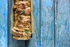 家制面包用乳酪、蒜味咸腊肠和草本 免版税图库摄影