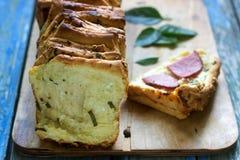 家制面包用乳酪、蒜味咸腊肠和草本 免版税库存图片