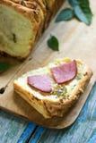 家制面包用乳酪、蒜味咸腊肠和草本 免版税库存照片