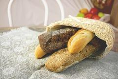 家制面包用没有酵母迷你面包店的橄榄 水平的框架 免版税库存照片