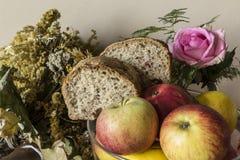 家制面包用蔓越桔和其他添加剂 库存照片