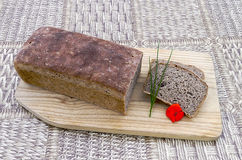 家制面包用香葱和红色花 免版税库存照片