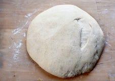 家制面包的上升混合物 烹调 食物 免版税库存图片