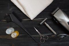 家和理发店的理发师设备 刮的成套工具的顶视图,肥皂和说谎与白色t的木表面上的剪刀 库存照片