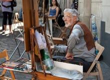 画家和他的画架在Place du Tertre在巴黎的蒙马特 库存照片