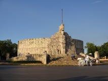 家园纪念碑的游人 免版税库存照片