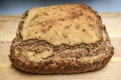 家在切板没有做添加面筋的面包,鲜美和酥脆 库存图片