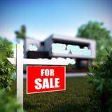 家在现代房子前面的待售标志 免版税库存图片