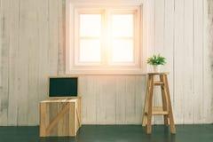 家在装饰内部的屋子和背景窗口里与轻的葡萄酒定调子过滤器处理 免版税库存图片