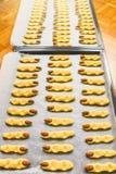 家在金属片做了未加工的万圣节巫婆手指曲奇饼 库存图片