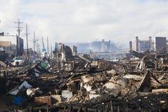 家在飓风以后坐闷燃 免版税库存照片