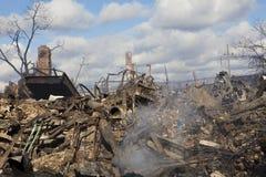 家在飓风以后坐闷燃 库存照片