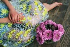 家在黑暗的背景做了花卉装饰 在花瓶的美丽的菊花 紫色菊花,在架子的桃红色花 图库摄影