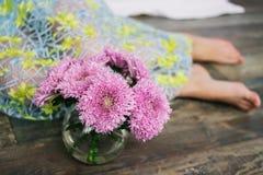 家在黑暗的背景做了花卉装饰 在花瓶的美丽的菊花 紫色菊花,在架子的桃红色花 免版税库存图片