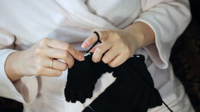 家常服的一名妇女参与编织 股票视频