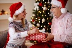 家庭、假日、圣诞节、年龄和人们-女儿和长辈 免版税库存照片
