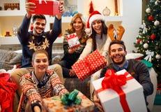 家庭、圣诞节、假日、幸福和人概念朋友 免版税库存照片