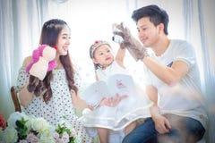 家庭、孩子和家庭概念-微笑的父母和少许 免版税库存照片