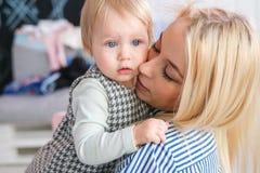 家庭、孩子和父母身分概念 库存图片