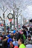 家庭、朋友和陌生人为每年克里斯托弗Dailey火鸡舞,萨拉托加斯普林斯,纽约聚集了, 2014年 库存图片