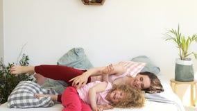 家庭、母亲和女儿在床上无所事事  股票视频